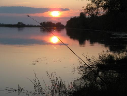 Собираясь на рыбалку, внимательно осмотрите снасти и проверьте их готовность.